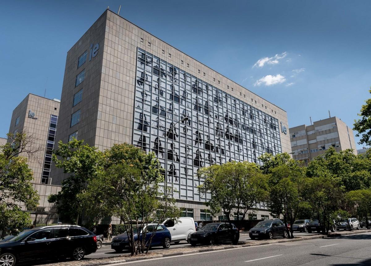 "Cubrimos la fachada del IE con la gigantesca obra ""Inside out"" de La obra del artista francés JR"